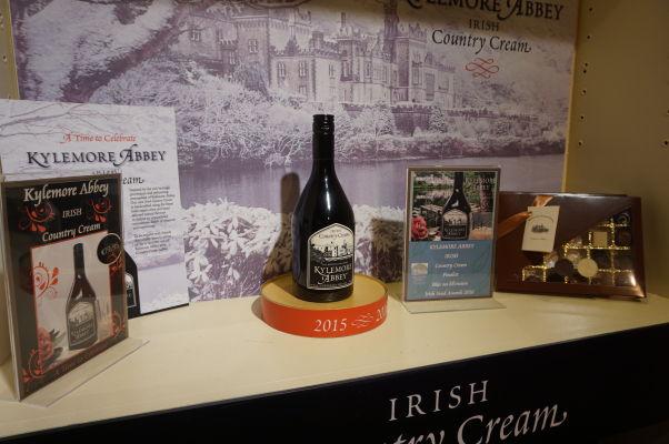 Návštevnícke centrum kláštora Kylemore Abbey v Connemare v Írsku ponúka na predaj rôzne výrobky tohto kláštora - okrem čokolády napríklad aj írsky krém (likér na báze whiskey)