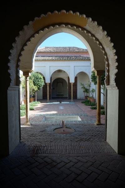 Jedno z nádvorí v palácovej časti pevnosti Alcazaba v Málage v typicky maurskom štýle
