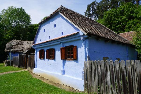 Jeden z gýčovo pomaľovaných domčekov v skanzene v Sibiu