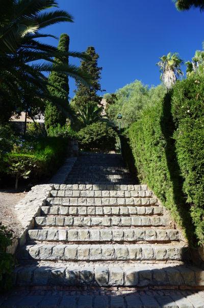 Schodisko v záhrade Jardines de Puerta Oscura v Málage, vedúce ku kopcu Gibralfaro