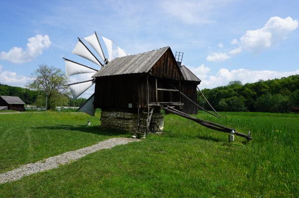 Otočný veterný mlyn v skanzene v Sibiu