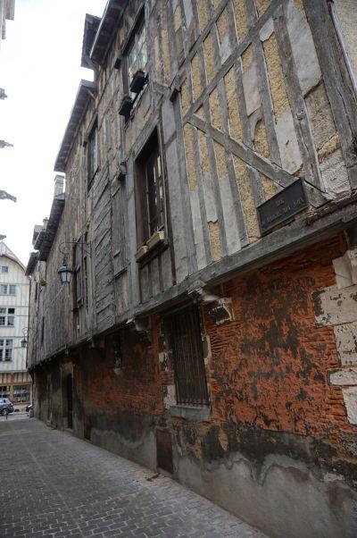 Polodrevené domy v Troyes - tu je i mnžné vidieť odkryté útroby výplne