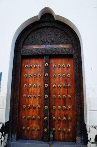 Jedny z mnohých ozdobných dverí v Kamennom meste
