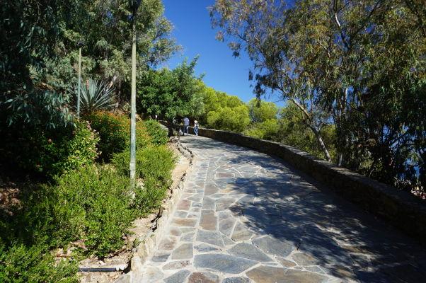 Chodník parkom vedúci ku kopcu Gibralfaro v Málage