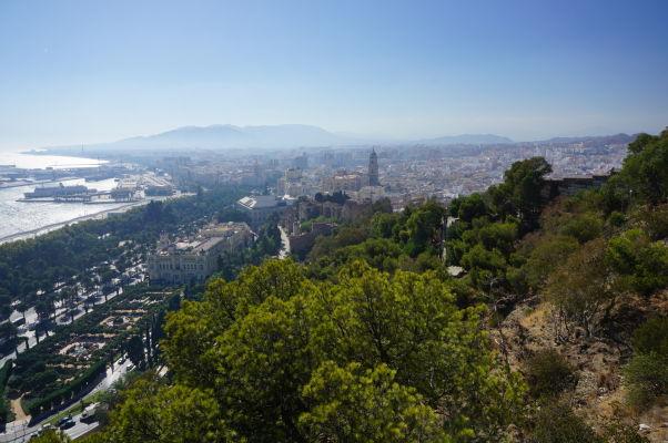 Výhľad z kopca Gibralfaro na historické centrum a katedrálu Málagy