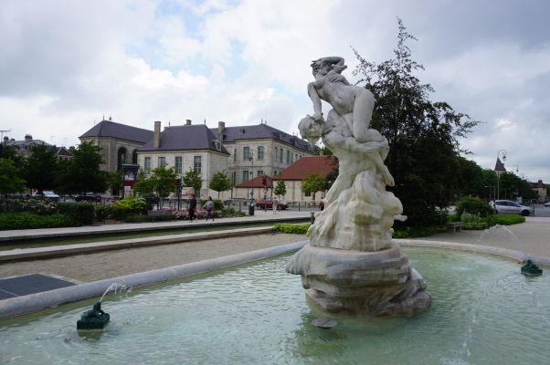 Fontána na Námestí oslobodenia (Place de la Libération) v Troyes