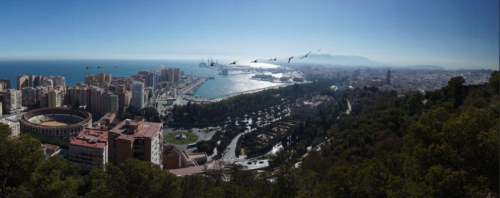 Výhľad na prístav a historické centrum Málagy s katedrálou (vpravo) z kopca Gibralfaro
