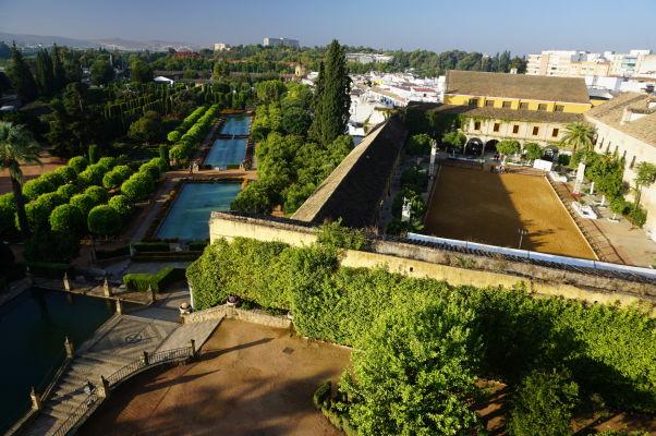 Pohľad z veže kráľovského paláca Alcázar v Córdobe na záhrady (vľavo) a jazdiareň (vpravo)