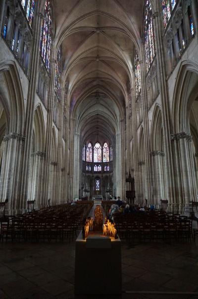 Hlavná loď Katedrály sv. Petra a Pavla v Troyes okamžite nás uistí o tom, že stojíme v gotickom chráme