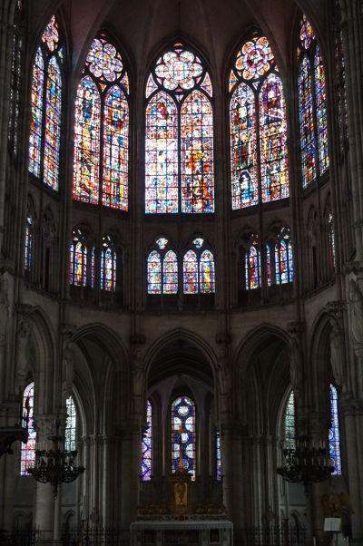 Presbytérium a obrovské farebné vitrážové okná Katedrály sv. Petra a Pavla v Troyes