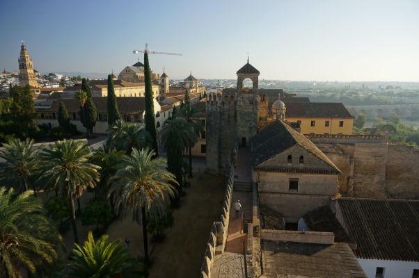 Pohľad z veže kráľovského paláca Alcázar v Córdobe na Vežu pocty (Torre del Homenaje) v strede a Mezquitu a jej zvonicu vľavo