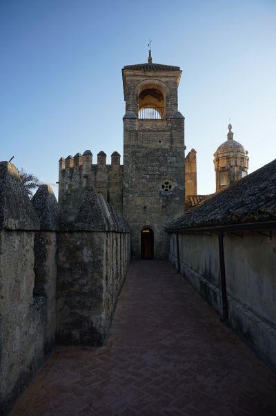 Pohľad na Vežu pocty (Torre del Homenaje) kráľovského paláca Alcázar v Córdobe z jeho hradieb