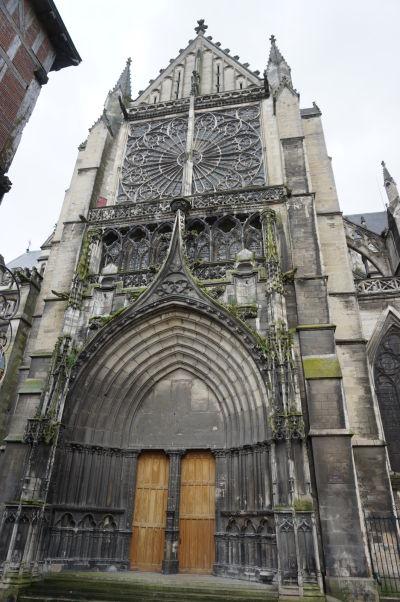 Bočný vchod a rozeta Katedrály sv. Petra a Pavla v Troyes