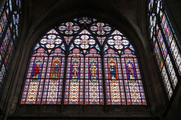 Farebné vitrážové okno Baziliky sv. Urbana (Basilique Saint-Urbain) v Troyes