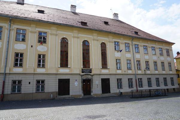 Stredná škola Samuela von Brukenthala na Huetovom námestí v Sibiu