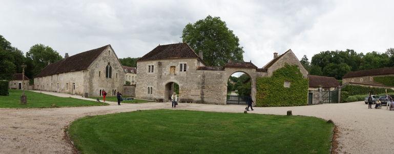 Vstup do kláštora Fontenay v strede, vľavo pekáreň (dnes obchod so suvenírmi)