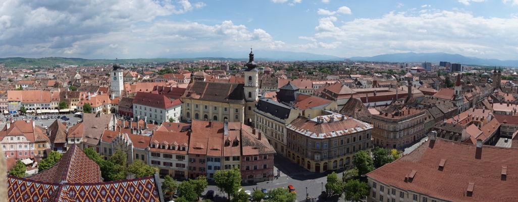 Výhľad na Sibiu z veže Evanjelickej katedrály sv. Márie - vľavo Radničná veža, uprostred jezuitský Kostol sv. Trojice, vpravo ortodoxná Katedrála sv. Trojice