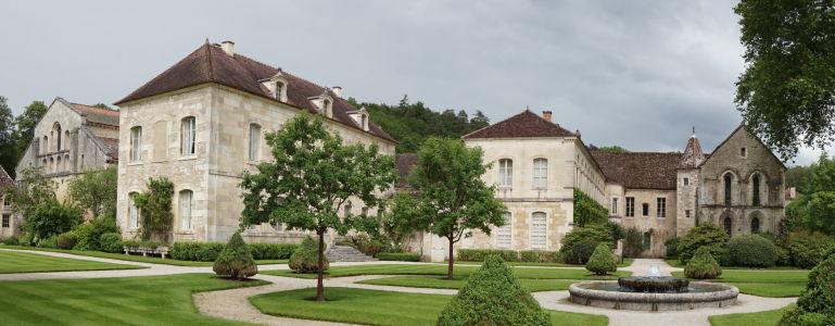 Záhrada pred kláštorom, budovy na fotografii dnes slúžia ako obytné pre majiteľov kláštora
