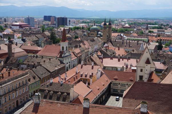 Výhľad na Sibiu z veže Evanjelickej katedrály sv. Márie - uprostred v hornej časti ortodoxná Katedrála sv. Trojice