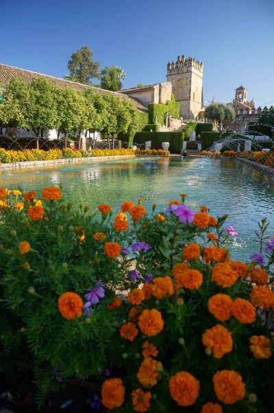 Záhrady v kráľovskom paláci Alcázar v Córdobe a Levia veža (Torre de los Leones), najstaršia v celom paláci (13. storočie)