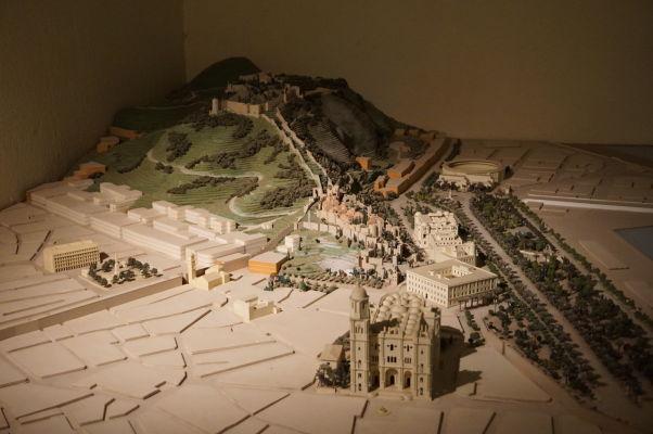 Maketa mesta Málaga v múzeu na hrade Gibralfaro - vpredu katedrála, za ňou pevnosť Alcazaba a za ňou úplne hore na kopci hrad Gibralfaro