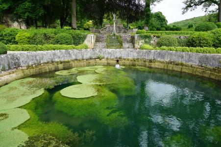 Záhrada za kláštorom a jazierko - Kláštor stojí na bývalom močiari, takže voda je všadeprítomným elementom