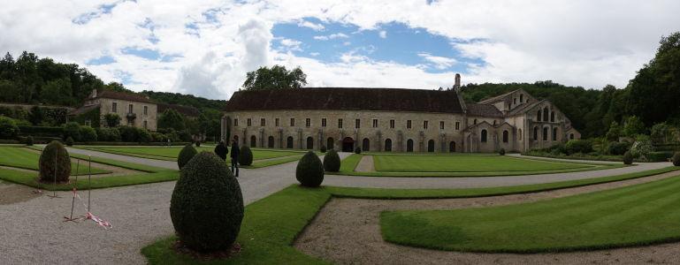Záhrada za kláštorom, v pozadí ubytovňa pre mníchov a kostol