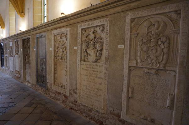 Náhrobné kamene v Evanjelickej katedrále sv. Márie v Sibiu