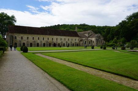 Záhrada za kláštorom, dlhá budova slúžila ako ubytovňa pre mníchov, napravo od nej kostol