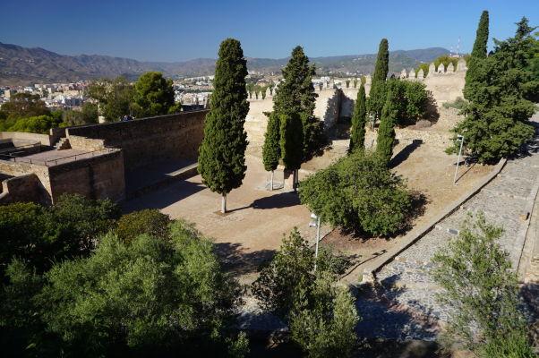 Vnútorná časť hradu Gibralfaro v Málage je pomerne prázdna, rastú tu prevažne stromy