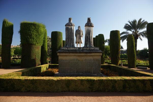Záhrady v kráľovskom paláci Alcázar v Córdobe a súsošie Krištofa Kolumba (obráteného čelom) a kráľovského páru Ferdinanda II. a Izabely I.