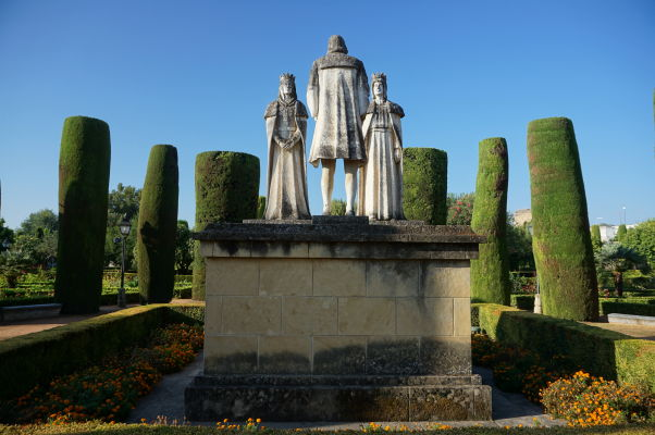 Záhrady v kráľovskom paláci Alcázar v Córdobe a súsošie Krištofa Kolumba (obráteného chrbtom) a kráľovského páru Ferdinanda II. a Izabely I.