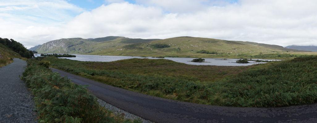 Národný park Glenveagh v Írsku - parku dominuje rozsiahle jazero Lough Veagh, okolo ktorého vedie pešia cestička i asfaltka pre miestny minibus