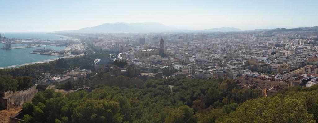 Výhľad na Málagu z hradu Gibralfaro - v strede katedrála, pred ňou pevnosť Alcazaba