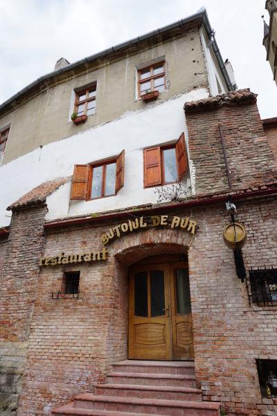 """Reštaurácia Zlatý sud (Butoiul de Aur) pri """"Schodiskovej pasáži"""" v Sibiu"""