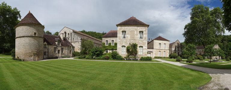 Záhrada pred kláštorom a zľava holubník, psí útulok, kostol a súčasná rezidencia majiteľov kláštora