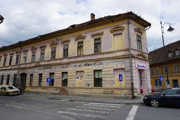 Kamenné uličky a trochu ošarpané domy Dolného mesta v Sibiu