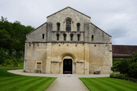 Vstupný portál do kostola zvonku