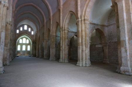 Kostol vo Fontenay je veľmi strohý - účelom bolo nerozptyľovať mníchov pri modlení