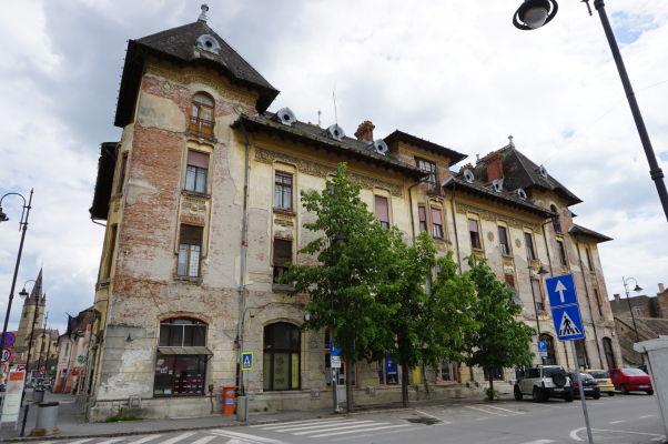 Kamenné uličky a trochu ošarpané budovy Dolného mesta v Sibiu