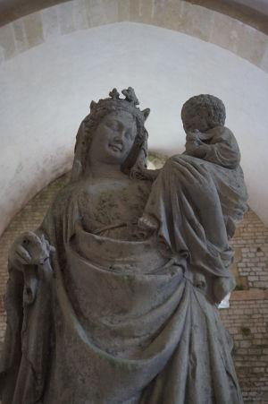 Socha Matky Božej vo Fontenay je atypická vyobrazením usmievajúcej sa Márie