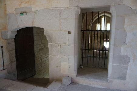 Vľavo schodisko z ubytovne do kostola, v strede výklenok pre mníchov, ktorí pre nejakú chorobu alebo starobu nemohli zísť dolu