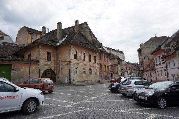 Kamenné uličky a trochu ošarpané domčeky Dolného mesta v Sibiu