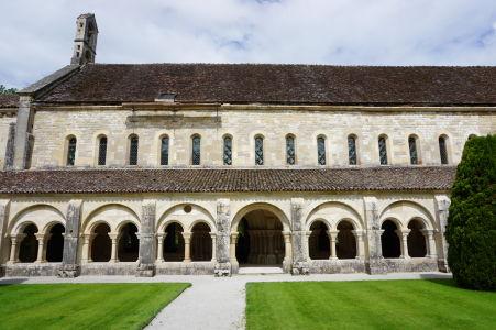 Ambit kláštora Fontenay - dole kapitulná sála, hore ubytovňa mníchov