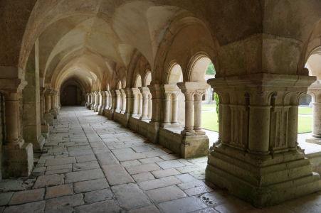 Arkádová klenba ambitu kláštora Fontenay