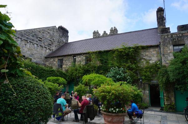 Zámok Glenveagh v Írsku poskytuje návštevníkom možnosť posedieť si v miestnej kaviarni