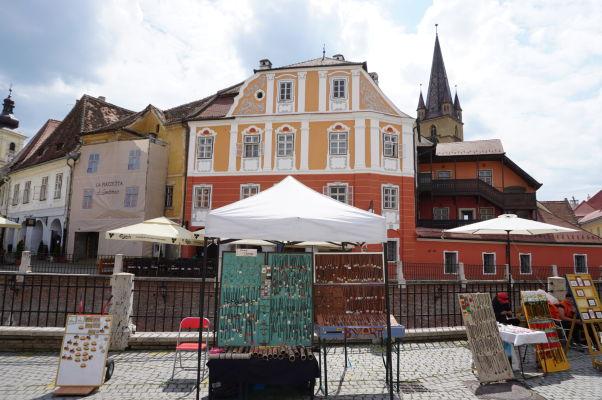 Malé námestie v Sibiu - krásna budova z 19. storočia, v ktorej dnes funguje hotel a turistické návštevnícke centrum