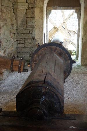 Hriadeľ poháňaný vodným mlynským kolesom, ktorý dvíha kováčske kladivo
