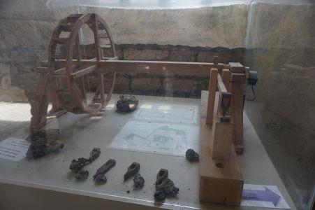 Model vodou poháňaného kladiva