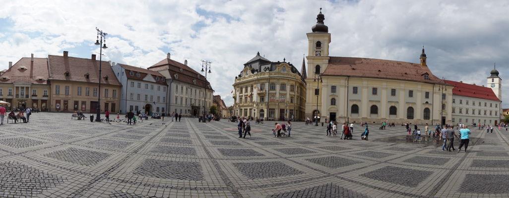 Veľké námestie (Piața Mare) v Sibiu - hlavné námestie v meste, úplne vpravo radničná veža